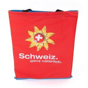 Ein Messewand-Bespannung eignet sich für eine Upcycling Tasche in Form eines Jutebeutels.