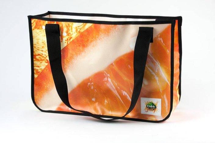 Eine Banner von Volvic / Danone Waters wird zur Shopping Bag recycelt