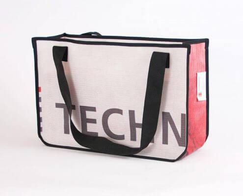 Eine Mesh-Banner von technoseum Mannheim wird zur Recycling Shopping Bag
