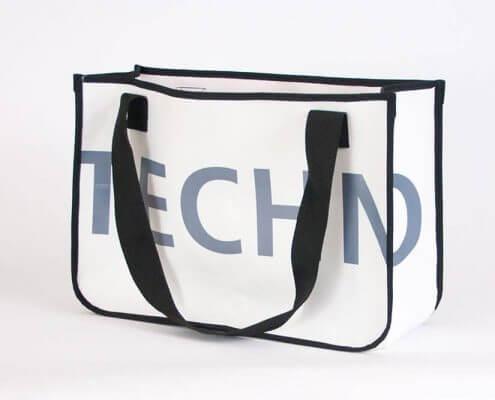Eine PVC-Banner von technoseum Mannheim wird zur Recycling Einkaufstasche