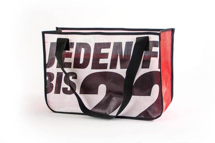 Eine Mesh-Banner von toom Baumarkt wird zur Recycling Shopping Bag