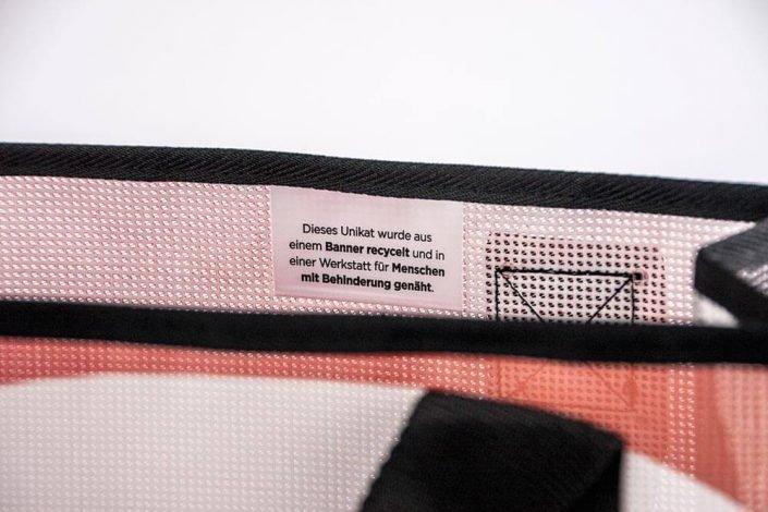 Eine Netzvenyl-Banner von toom Baumarkt wird zur Recycling Einkaufstasche