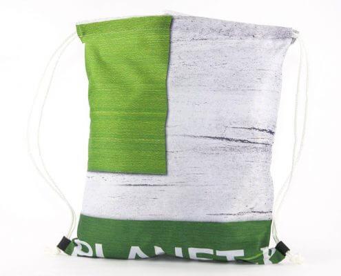 Ein Stoff-Banner wird zum Turnbeutel als Recycling Tasche wiederverwertet.