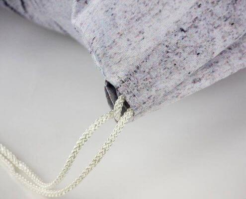 Mit der Kordel am Turnbeutel kann man diesen zuziehen.