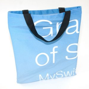 Eine Recycling Tasche, wiederverwertet aus Deko-Stoff