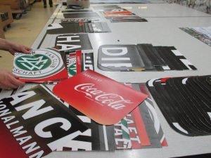 Sortieren der einzelen Teile für die Upcycling Tasche aus Banner für den DFB - Der Fan Club Nationalmannschaft