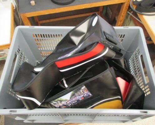 Aus der Werbe-Plane des DFB - Der Fan Club Nationalmannschafts werden durch Upcycling tolle Taschen genäht